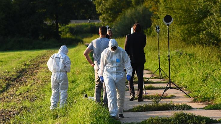 Nahe einer Autobahnschlüsselstelle bei Zwingenberg in Südhessen fanden Ermittler eine Frauenleiche. Bei der Toten soll es sich um die seit drei Wochen vermisste Julia B. (26) handeln.
