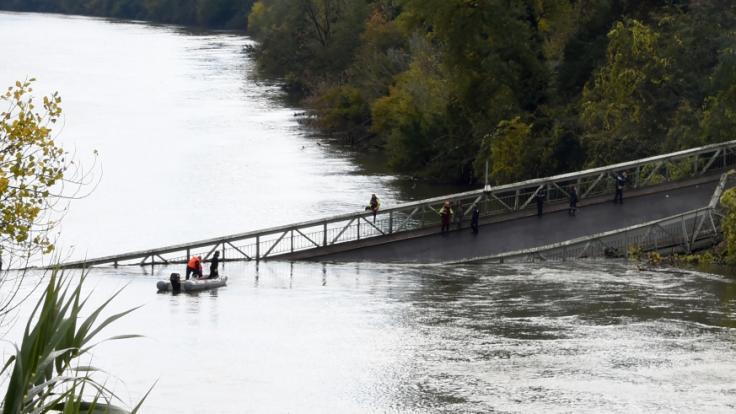Beim Zusammenbruch einer Straßenbrücke nördlich von Toulouse ist eine 15-Jährige gestorben.