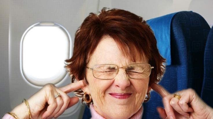Damit die Ohren beim Anflug nicht schmerzen, hilft es nicht, nur die Finger reinzustrecken. Nase zuhalten und erhöhter Luftdruck von innen dagegen schon.