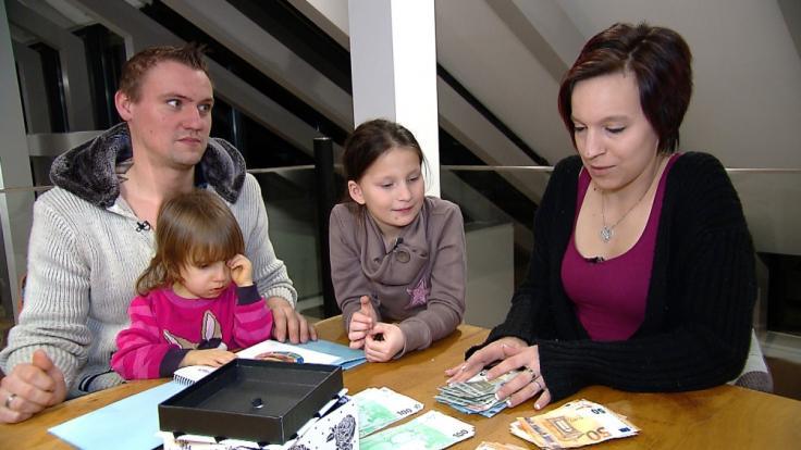 Durch den Tausch mit Familie Yerli steigt das Wochenbudget der Baums (Bild) von 193 Euro auf unglaubliche 4.500 Euro. Geht damit Jennys (r.) großer Wunsch in Erfüllung, ihre beiden Töchter neu einzukleiden? (Foto)