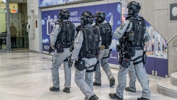 Nach dem Verdacht auf Ausspähversuche am Stuttgarter Flughafen sucht die Polizei weiter nach den Verdächtigen.