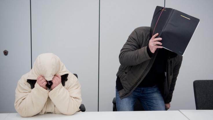 Die Angeklagten Nicole G. (l) und Clemens F. (r) standen in Hildesheim vor Gericht. In dem Prozess gegen die Mutter, die ihre 16-jährige Tochter als Prostituierte verkauft haben soll, ist jetzt das Urteil gefallen. (Foto)