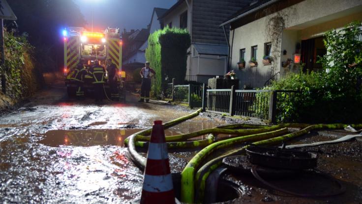 Die Feuerwehrleute war im Dauereinsatz. (Foto)