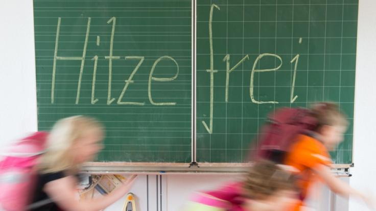 Schulkinder freuen sich am meisten, wenn das Thermometer steigt und es endlich hitzefrei gibt.