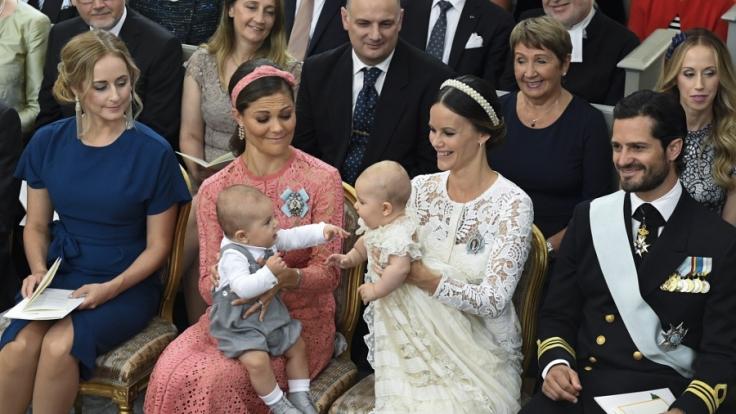 Prinz Oscar, der Sohn von Kronprinzessin Victoria (links), spielt bei Prinz Alexanders Taufe mit seinem etwas jüngeren Cousin.