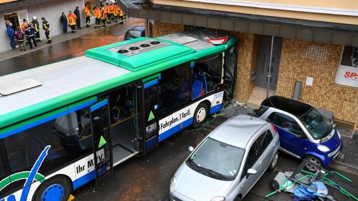 Der Bus-Unfall von Eberbach, bei dem mehr als 40 Personen - der Großteil von ihnen Kinder im Alter von 9 bis 15 Jahren - verletzt wurden, wirft viele Fragen auf. (Foto)