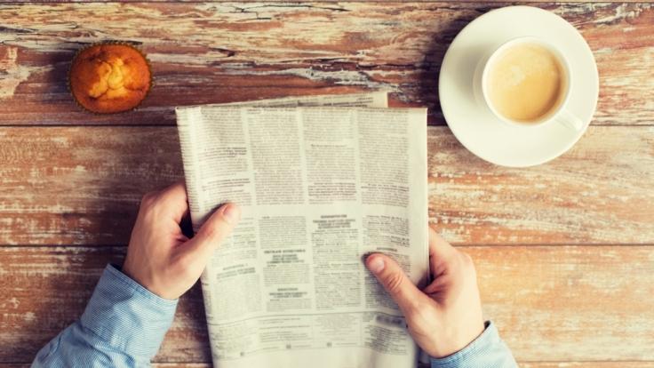 Zeitungslesen am Frühstückstisch. (Symbolbild) (Foto)