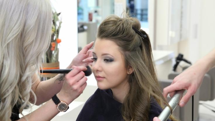 Joelina Drews wird geschminkt.