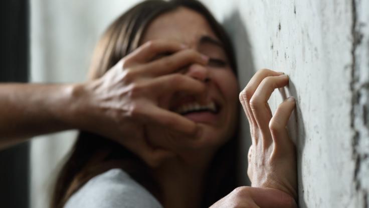 In Südafrika wurde eine Mutter vor den Augen ihrer Kinder vergewaltigt (Symbolbild). (Foto)