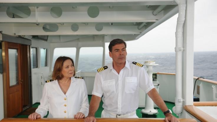 Kapitän Burger (Sascha Hehn) erzählt Beatrice (Heide Keller), was er seinerzeit auf dem Frachtschiff erleben musste.