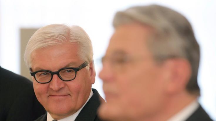 Bundespräsident Joachim Gauck (r) und Bundesaußenminister Frank-Walter Steinmeier am 14.01.2014 im Schloss Bellevue in Berlin. Steinmeier wurde am 12. Februar ins Amt des Bundespräsidenten gewählt.