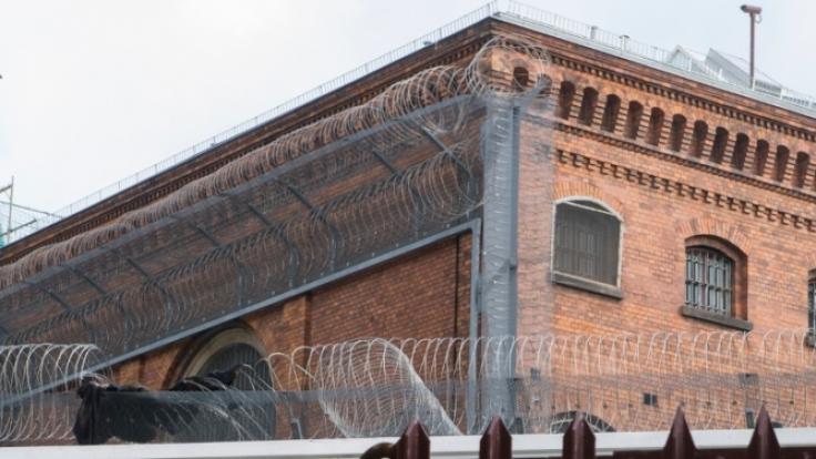 In der JVA Berlin-Moabit sind die Gefängnismauern offenbar nicht hoch genug. Zwei Männer entkamen.