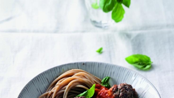 Pasta mit Hackbällchen und Sauce aus Ofen-Tomaten