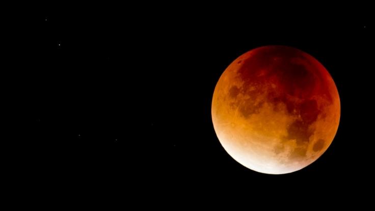 Bei der Mondfinsternis am 31.01.2018 erstrahlt der Mond in einem satten Blutrot.