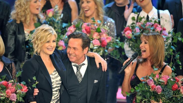 """Sänger Roland Kaiser steht mit Moderatorin Carmen Nebel (l) und Sängerin Ireen Sheer am Samstag (30.10.2010) während der ZDF-Fernsehshow """"Willkommen bei Carmen Nebel"""" auf der Bühne. (Foto)"""