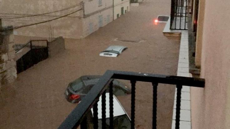 Heftige Unwetter haben auf Mallorca mindestens zwölf Menschen getötet und schwere Sachschäden verursacht.