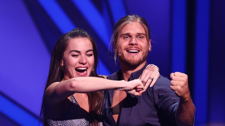 """Der Fußballer Rurik Gislason und Profitänzerin Renata Lusin jubeln bei der RTL-Tanzshow """"Let's Dance"""" auf der Bühne. (Foto)"""