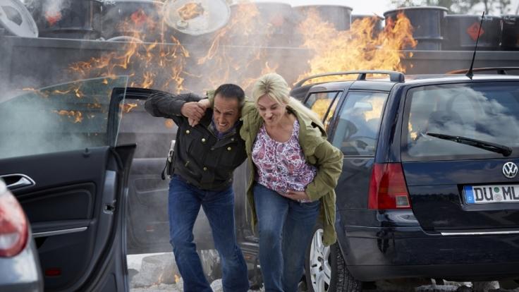 In letzter Sekunde kann Semir (Erdogan Atalay) eine schwangere Frau (Bianca Trompeter) aus ihrem Wagen retten.
