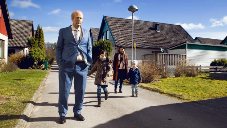 Ove (Rolf Lassgård) und seine neuen Nachbarn: Die hochschwangere Parvaneh (Bahar Pars, hinten) mit ihren Kindern Sepideh (Nelly Jamarani) und Nasanin (Zozan Akgün, re.). (Foto)