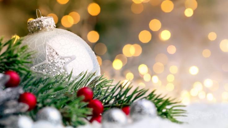 Christbaumschmuck hängt an Weihnachtsbäumen weltweit. Doch was hat es mit der Tradition auf sich, einen Nadelbaum in das heimische Wohnzimmer zu stellen und diesen zu dekorieren? Wir klären auf. (Foto)