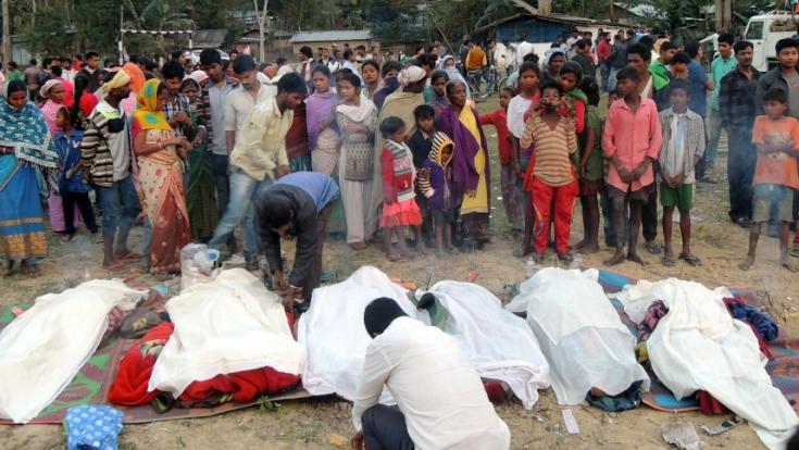 In Indien wurde mindestens 89 Menschen der Genuss von gepanschtem Alkohol zum tödlichen Verhängnis.