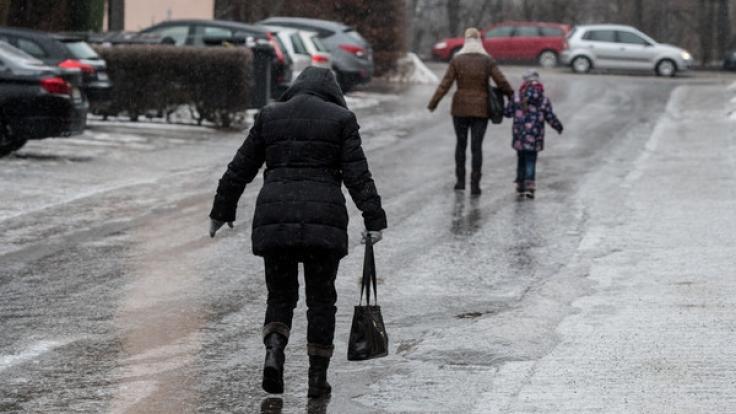 Vorsicht vor Glatteis: Am Wochenende des 2. Advent droht Glätte, verbunden mit Verkehrschaos. (Foto)