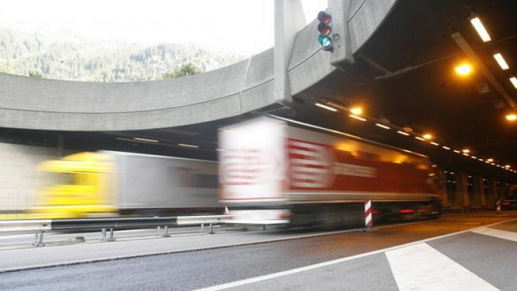 Weil ein Deutscher mit 200 Stundenkilometern durch den Schweizer Gotthard-Tunnel raste, wurde der Raser zu 30 Monaten Haft verurteilt.