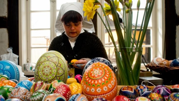 Bemalte sorbische Ostereier in allen Farben und Formen. (Foto)