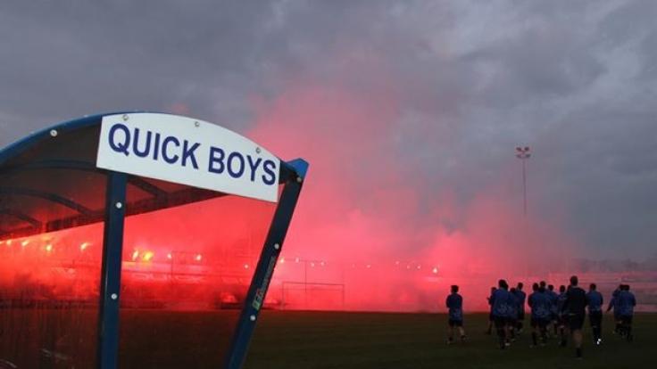 Fans zünden Bengalos am Spielfeldrand der Quick Boys in den Niederlanden. (Foto)