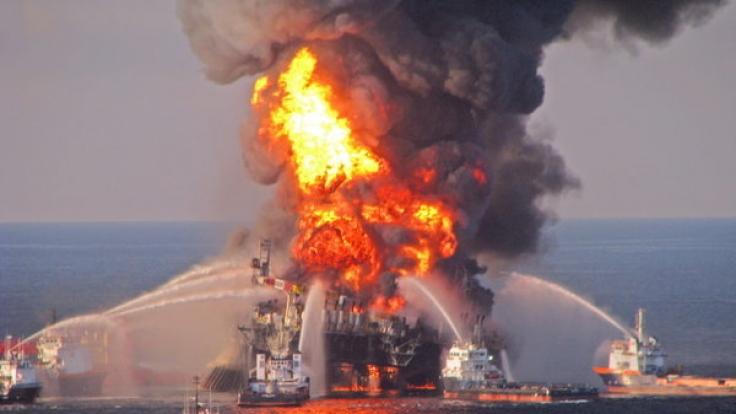 """Am 22. April 2010 explodiert die Bohrinsel """"Deep Water Horizon"""" im Golf von Mexiko. (Foto)"""