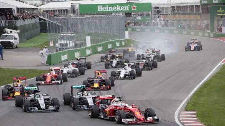 Sebastian Vettel an der Spitze des Fahrerfeldes nach dem Start zum Großen Preis von Kanada auf der Gilles Villeneuve Rennstrecke in Montreal 2016.