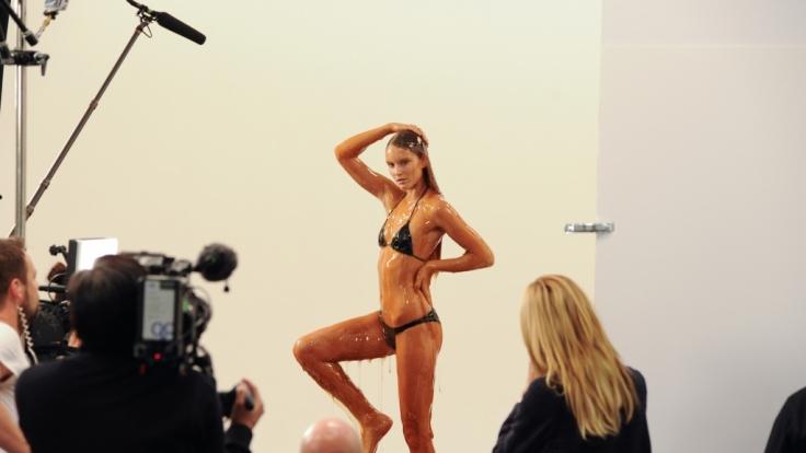 Bei diesem Fotoshooting müssen sich Heidi Klums Mädchen mit einer Mischung aus Zuckerwasser und Honig übergießen lassen. (Foto)