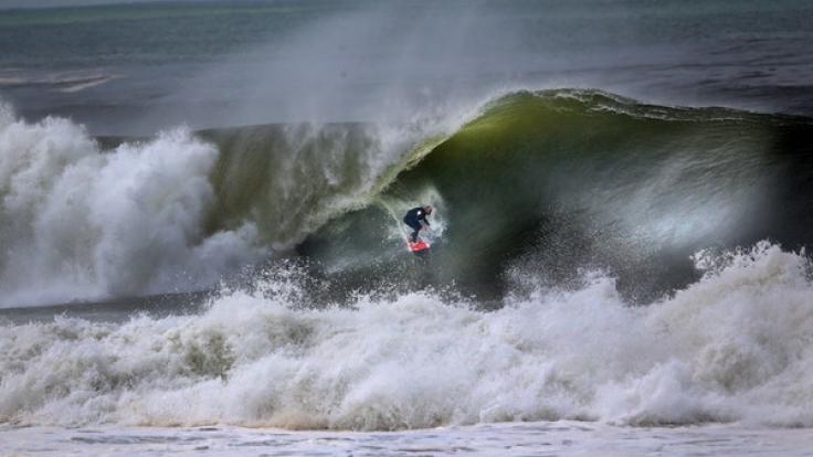 Surfer werden häufig Opfer von Hai-Angriffen. Die Attacken sind meist lebensgefährlich. (Foto)
