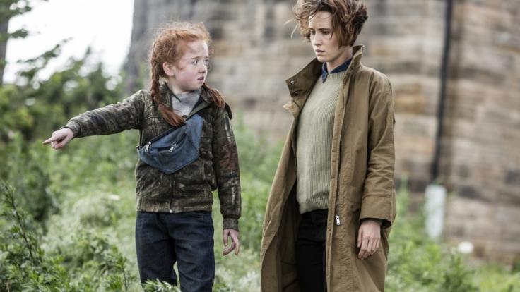 Die kleine Ausreißerin Grace (Matilda Holt, li.) führt Kate (Peri Baumeister) zu einer weiteren Leiche. (Foto)