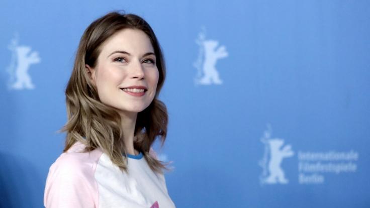 Die Schauspielerin Nora von Waldstätten besucht am 11.02.2017 die 67. Internationalen Filmfestspiele in Berlin. (Foto)