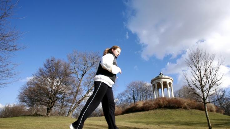 Regelmäßige Bewegung hilft, um Knochenschwund vorzubeugen. (Foto)
