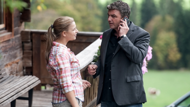 Wie fast jeden Morgen bekommt Dr. Martin Gruber (Hans Sigl, r.) einen Notruf, seiner Freundin Anne (Ines Lutz, l.) gefällt das gar nicht. (Foto)