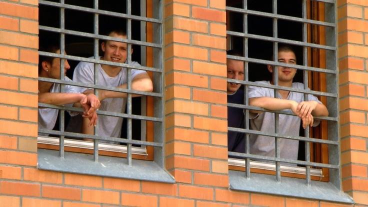 In der Jugendstrafanstalt Regis-Breitingen in Sachsen sitzen ca. 370 junge Männer ihre Haftstrafen ab. Der Alltag im Gefängnis ist nicht frei von Konflikten und Gewalt.