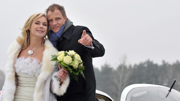 """Die Darsteller der ARD-Telenovela """"Rote Rosen"""", Saskia Valencia als Katja und Thorsten Nindel als Philipp, posieren 2011 während eines Fototermins auf dem Flugplatz in Lüneburg. (Foto)"""