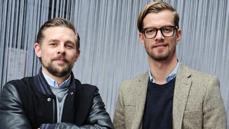 Die TV-Moderatoren Klaas Heufer-Umlauf (l.) und Joko Winterscheidt erhalten den Grimme-Preis für ihr