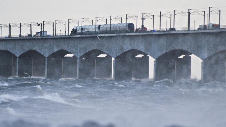 Ein Zug hält auf der Brücke über den Großen Belt bei Nyborg nach einem Zugunglück.