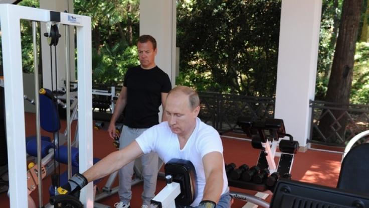 Da staunt selbst Dmitri Medwedew (hinten) nicht schlecht.