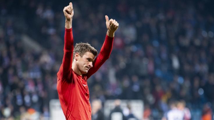 DFB-Pokal: Müller bedankt sich bei den Fans nach Bayern-Sieg gegen Bochum.