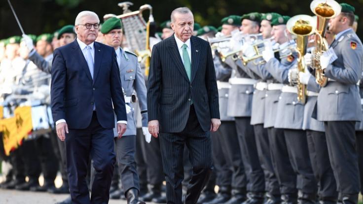 Bundespräsident Frank-Walter Steinmeier (l) empfängt Recep Tayyip Erdogan, Präsident der Türkei, bei dessen derzeitigen Deutschlandbesuch mit militärischen Ehren.