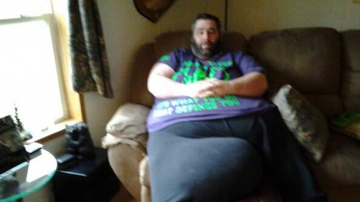 Dan Maurer leidet an Skrotalelephantiasis, weshalb seine Hoden inzwischen 45 Kilogramm wiegen.