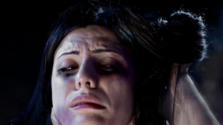 Eine 44-Jährige wurde von ihrem 27 Jahre alten Freund brutal gefoltert und vergewaltigt - jetzt wurde der Mann aus Sachsen für seine Tat verurteilt. (Symbolbild)