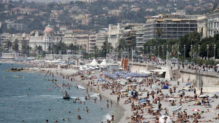 Unzählige Menschen tummeln sich am Strand von Nizza am 26. Juli 2006. (Foto)