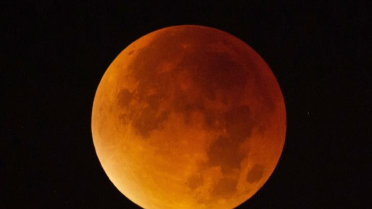In der Nacht zum Samstag verfärbt sich der Mond Blutrot.