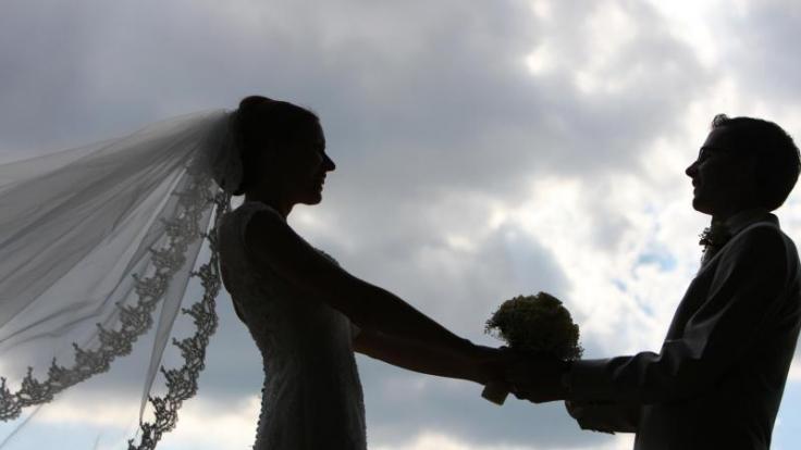 Brautpaare können in der stressigen Vorbereitungszeit einen Sonderurlaub beantragen. Dieser stehe ihnen zu, wenn im Arbeitsvertrag Paragraf 616 des BGB nicht ausdrücklich ausgeschlossen ist.