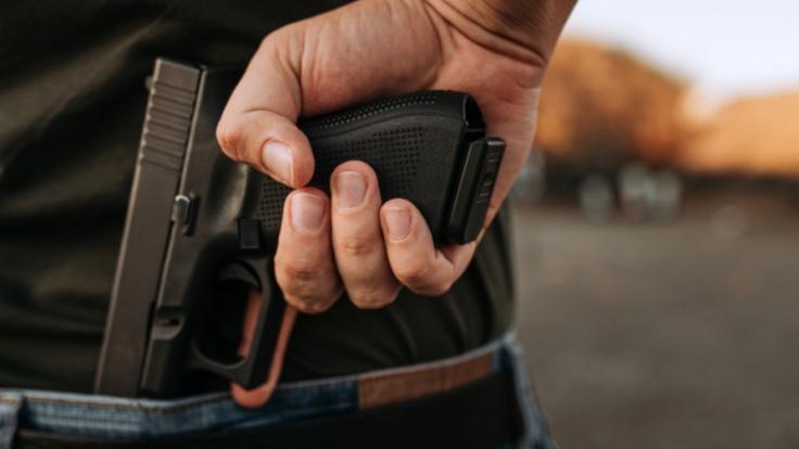 Ein Mann soll seine Frau vor den Augen des Sohnes erschossen haben. (Foto)